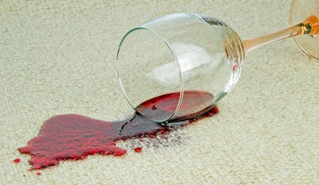 Photo of Как вывести пятна от вина на ковре: первая помощь